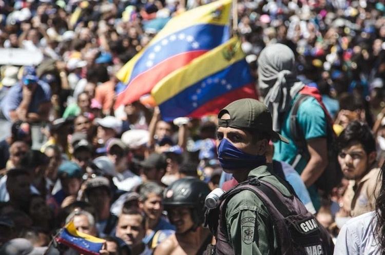 Венесуельці вийшли на вулиці – Гуайдо оголосив «фінальний етап» операції зі зміщення Мадуро