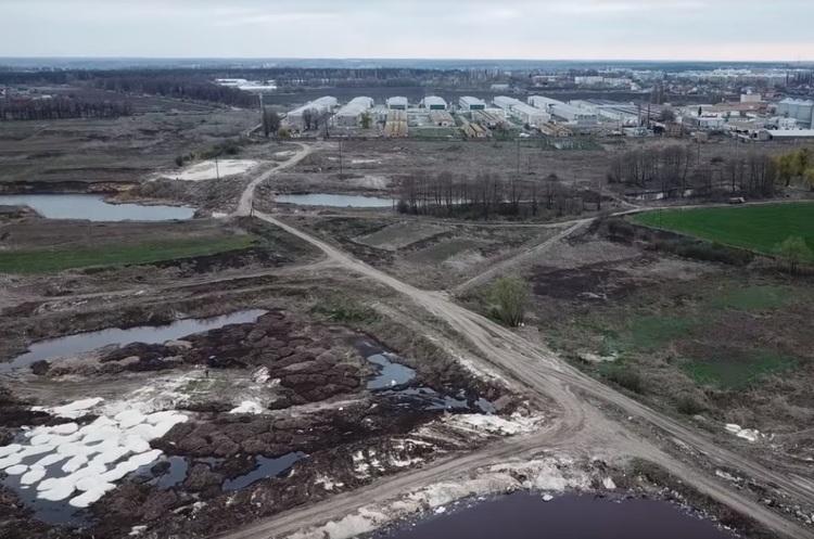 Громадські активісти виявили звалище небезпечних відходів птахофабрики на Київщині (ВІДЕО)
