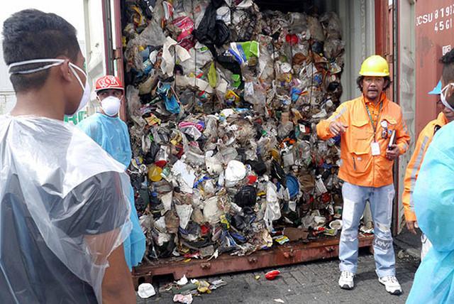 Філіппіни змушують Канаду забрати з країни тонни свого сміття