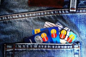 Доля безготівкових карткових операцій досягла 50% – НБУ