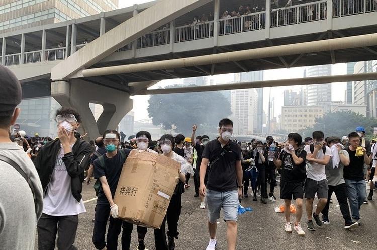 Влада Гонконгу призупинила розгляд законопроекту про екстрадицію через масові протести
