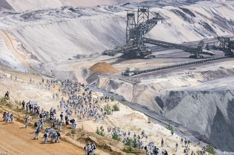 У Німеччині екоактивісти заблокували роботу вугільного кар'єру