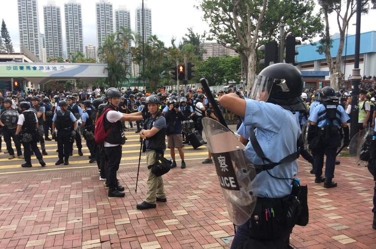 В Гонконкгу протести загострюються: поліція б'є демонтрантів кийками