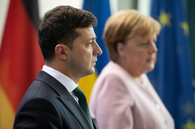 Зеленський поговорив по телефону з Меркель про війну на Донбасі та транзит газу