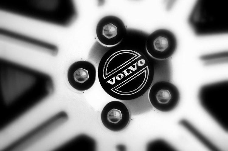 Volvo скорочує робочі місця, оплату працівникам та витрати на тлі глобального спаду автопрому