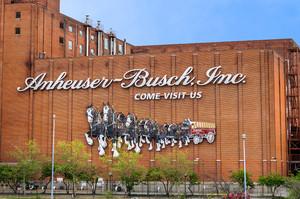 Найбільший в світі виробник пива AB InBev планує продати активи на $10 млрд