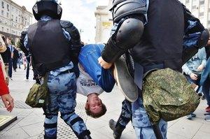 На акціях протесту в Москві затримано майже 700 людей