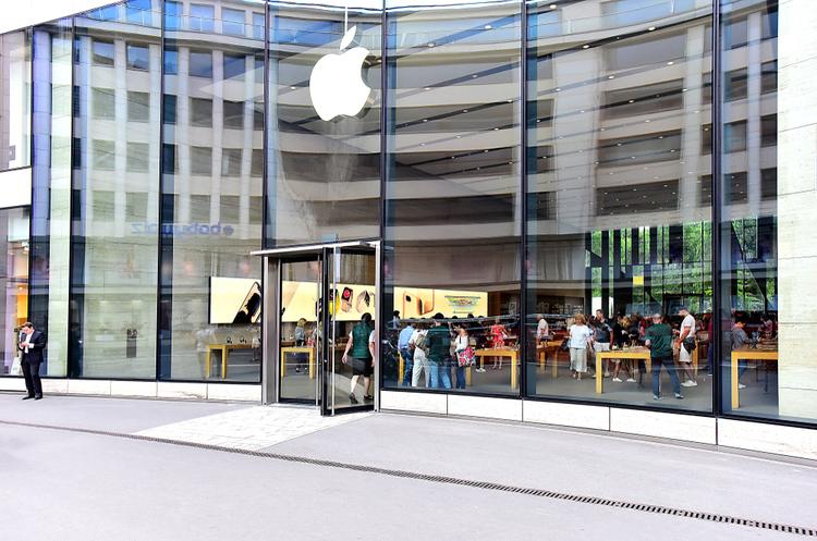 Apple не буде підвищувати ціни на свої «айфони» через нові мита США проти Китаю