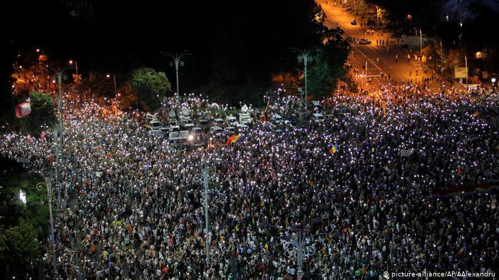 Протести в Румунії: десятки тисяч людей вийшли на вулиці з вимогою відставки уряду