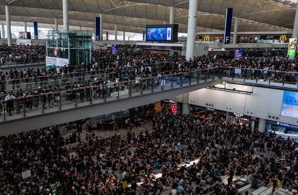 В міжнародному аеропорту Гонконгу скасували всі рейси через протести