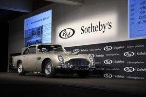 Автомобіль Джеймса Бонда з вбудованими шпигунськими приладами продали за $6,4 млн
