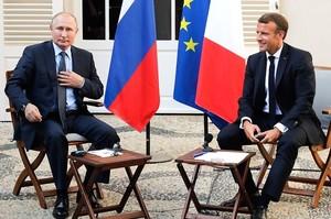 Макрон прийняв у себе Путіна і закликав його допомогти припинити війну на Донбасі