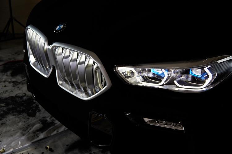 BMW випустила найчорніший у світі автомобіль, який поглинає сонячне світло