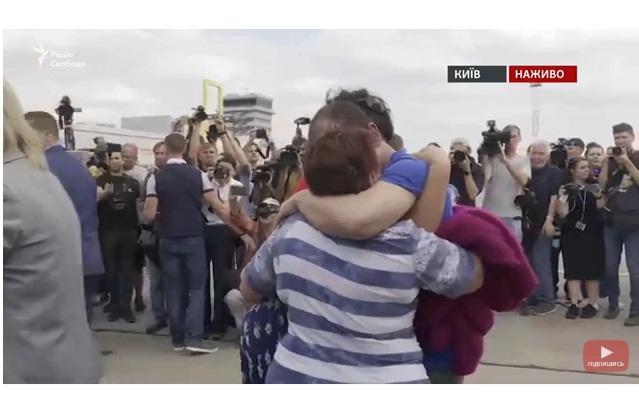 Літак зі звільненими українцями приземлився в Києві (ДОПОВНЮЄТЬСЯ)