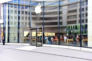Продажі «айфонів» Apple падають третій квартал поспіль