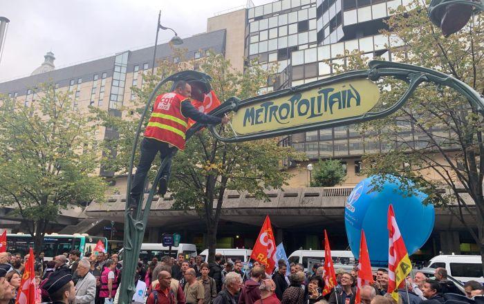 Париж «зупинився» через пенсійну реформу Макрона