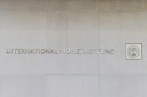 Україна має намір погодитися на умови МВФ, щоб отримати кредит – Bloomberg