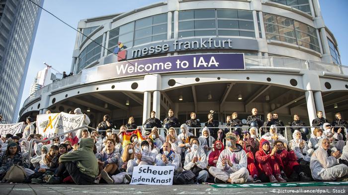 Головний вхід на Франкфуртський автосалон заблокували екоактивісти