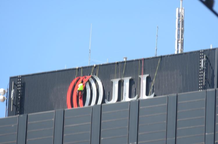 Міжнародна консалтингова компанія JLL закриває офіс в Україні