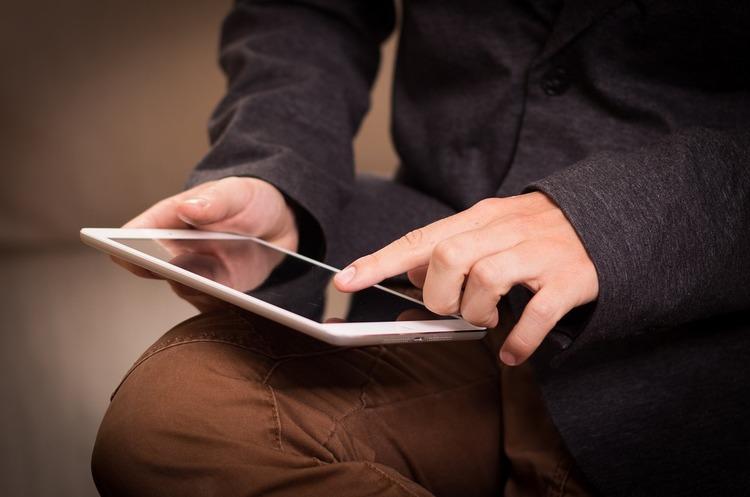 «Государство в смартфоне – стоп»: как муниципалитеты и депутаты подставляют Зеленского