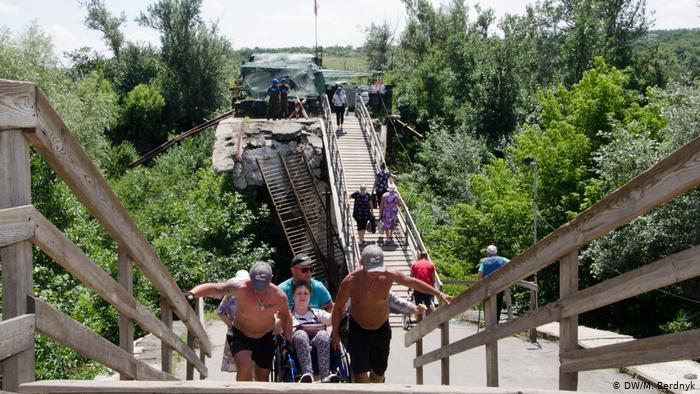 На мосту біля Станиці Луганської відкрили тимчасовий перехід