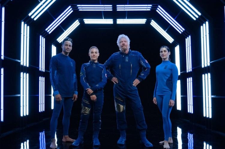 Річард Бренсон продемонстрував костюми, в яких туристи полетять у космос