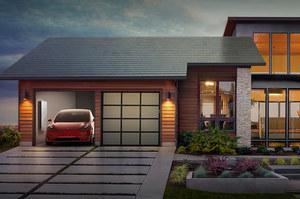 Потужніша та дешевша: Tesla презентувала оновлену сонячну черепицю Solarglass Roof