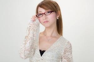 Жінки в Японії запустили флешмоб через заборону носити на роботі окуляри