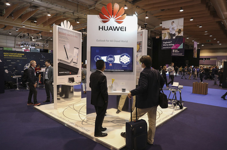 Huawei фінансово подякує своїм працівникам за те, що допомогли впоратись з санкціями США