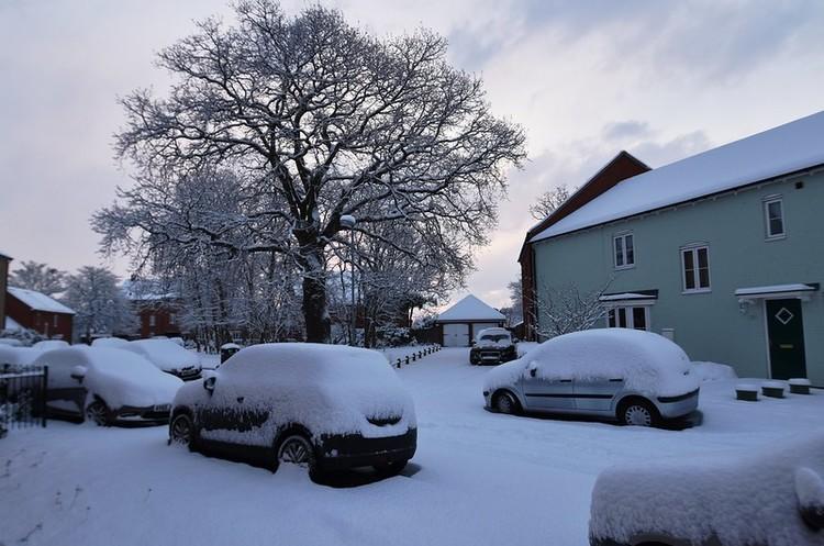 Францію накрив снігопад: 300 000 будинків залишились без світла, зупинився транспорт