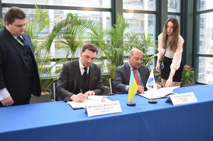 Прем'єр Гончарук підписав угоди щодо 900 млн євро інвестицій в ремонт українських доріг