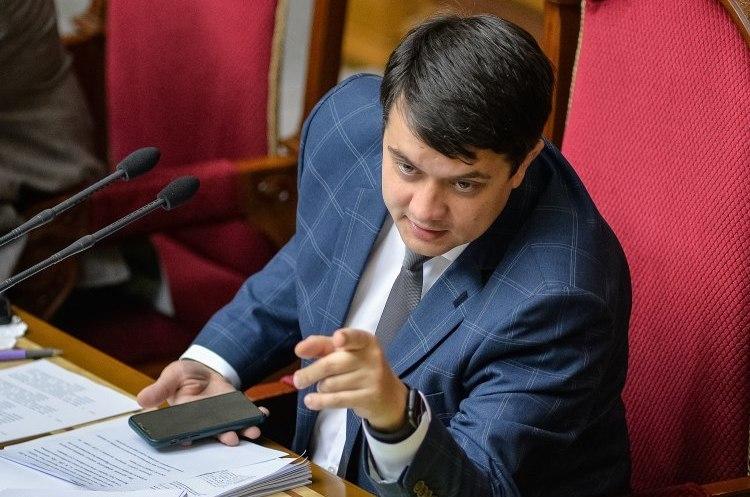 Із фракції «Слуга народу» виключили трьох депутатів