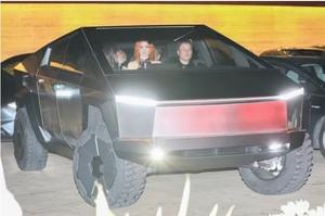 Маск продемонстрував Cybertruck в дії: разом з друзями приїхав на пікапі в ресторан