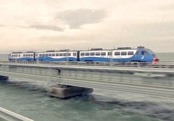 Росія пустила поїзди по мосту в анексований український Крим
