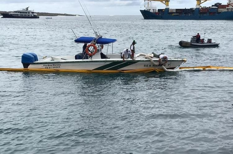 На Галапагоських островах введено надзвичайний стан через аварію баржі з дизпаливом