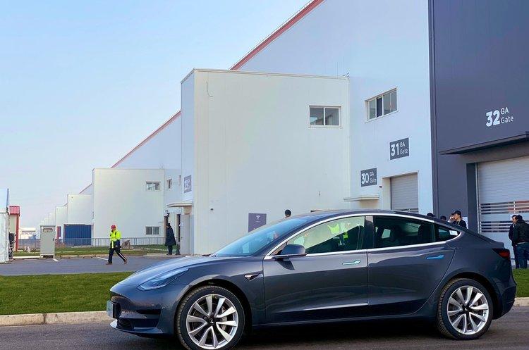 Перші авто і освідчення в коханні: Tesla поставила клієнтам перші зроблені в Китаї електрокари