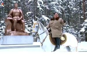 Корейське ТБ оприлюднило відео сходження Кім Чен Ина верхи на коні на священну гору