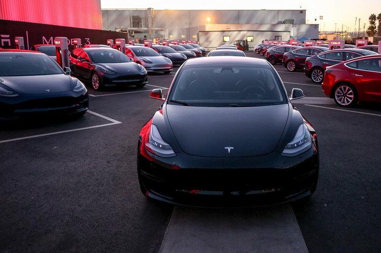 Електрокари Tesla скоро заговорять з людьми на вулиці – Маск