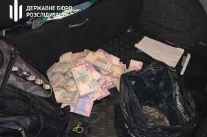 Спіймали «на гарячому»: посадовця Секретаріату Кабміну затримали за хабарі у 2,5 млн грн