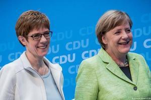 Крамп-Карренбауер, яка мала стати канцлером після Меркель, відмовилася від боротьби за цей пост