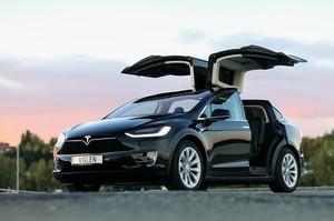 Tesla відкликає 15 000 Model X