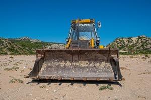 Правоохоронці затримали осіб, які посеред білого дня трактором викопували кабель «Укртелекому»