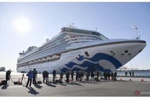 Пасажири покидають японський лайнер, лікарі критикують керівництво судна