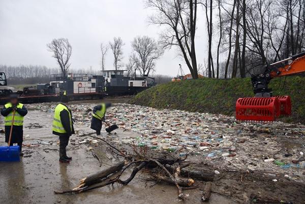 В Угорщину річкою Тиса припливли тонни сміття з України