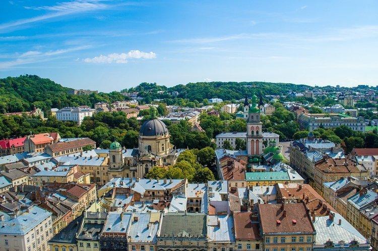 Львів закриває усі заклади торгівлі, окрім продуктових, аптек та заправок