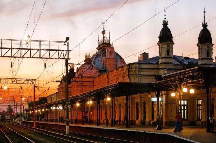 «Укрзалізниця» зупиняє рух приміських та регіональних поїздів через кордон