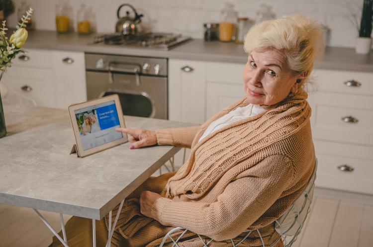 Связь поколений: какие сервисы помогут пожилым людям с пользой провести карантин