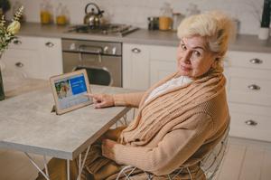 Зв'язок поколінь: які сервіси допоможуть літнім людям з користю провести карантин