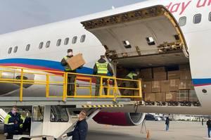 В Україну прибув другий літак з Китаю із масками і захисними костюмами