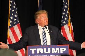 Трамп подовжив карантин та заявив, що очкує пік смертності в США через два тижні
